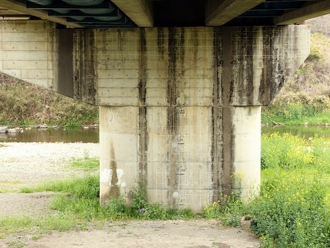橋の下の画像